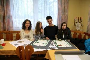 Schüler/innen aus Strahlendorf präsentierten in Sülstorf ihre Ideen zur Umgestaltung des Gedenkortes.